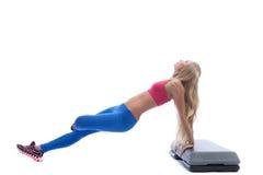 Härlig slank blondin som gör aerobicsövningar Royaltyfri Bild