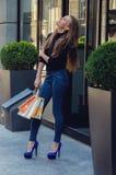 Härlig slank innegrej och stilfull kvinna i åtsittande jeans och Royaltyfria Bilder