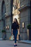 Härlig slank innegrej och stilfull kvinna i åtsittande jeans och Royaltyfria Foton