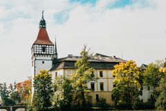 Härlig slott Blatna i Tjeckien på solig varm dag Fotografering för Bildbyråer