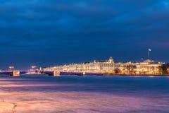 Härlig slottbro på Neva River i St Petersburg i Ryssland mellan slottfyrkanten och den Vasilievsky ön i vintertid arkivfoto