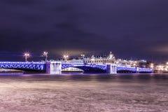 Härlig slottbro på Neva River i St Petersburg i Ryssland mellan slottfyrkanten och den Vasilievsky ön i vintertid royaltyfri bild