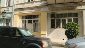 Härlig smal gata med bilar och hemtrevliga hus, liv i Batumi, turism arkivfilmer