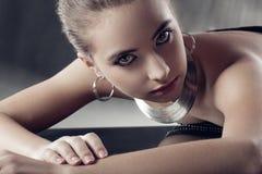 härlig smyckenkvinna Arkivfoton