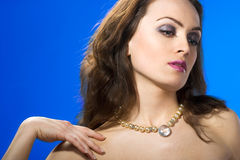 härlig smyckenkvinna Arkivfoto
