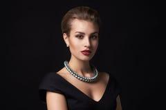 härlig smyckenkvinna royaltyfria foton