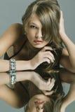 härlig smyckenståendekvinna Arkivbild