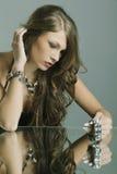 härlig smyckenståendekvinna Arkivfoto