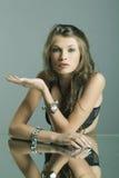 härlig smyckenståendekvinna Royaltyfria Bilder