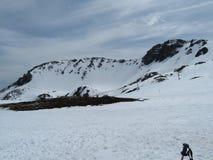 Härlig snö på bergen av en oerhörd färg och mycket kallt arkivbilder