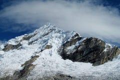 Härlig snö täckte berget på den Santa Cruz treken, Peru Fotografering för Bildbyråer