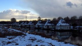 Härlig snö täckte pyramiden formade hus på kanalen under vinter Royaltyfria Bilder