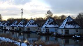 Härlig snö täckte pyramiden formade hus på kanalen under vinter Royaltyfri Foto