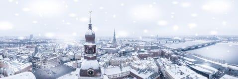 Härlig snöig vinterdag i Lettland Arkivbilder