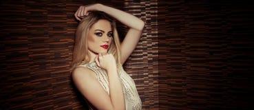 Härlig sofistikerad glamorös kvinna royaltyfria foton