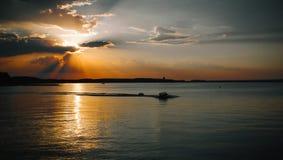 Härlig sol bak molnen, havet och fartyget Royaltyfria Bilder