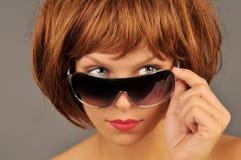 härlig solglasögonkvinna arkivfoton