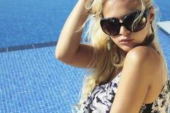 härlig solglasögonkvinna Sommar flicka nära pölsimning Royaltyfri Bild