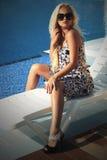 härlig solglasögonkvinna sommarflicka nära simbassängen Arkivfoton