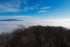 Härlig solig dag över dimmiga Samobor Arkivfoto