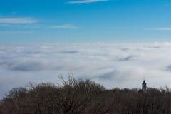 Härlig solig dag över dimmiga Samobor Royaltyfri Foto