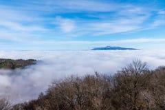 Härlig solig dag över dimmiga Samobor Royaltyfri Fotografi