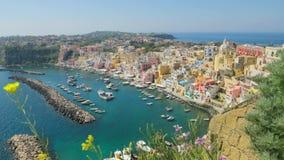 Härlig solig dag i den färgrika Procida ön, Italien stock video