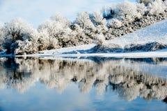 Härlig solig dag i vintern på floden Arkivfoto