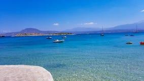 Härlig solig dag på Marathifjärden i Chania, Kreta, Grekland med klart blått vatten royaltyfri foto