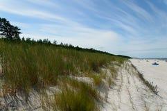 Härlig solig dag på sandstranden i Lubiatowo, Polen Arkivbilder
