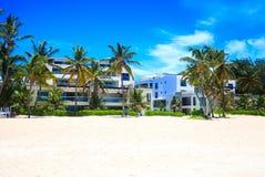 Härlig solig dag på stranden och de moderna lägenheterna, Punta Cana royaltyfri fotografi