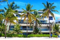 Härlig solig dag på stranden och de moderna lägenheterna, Punta Cana royaltyfri bild