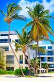 Härlig solig dag på stranden och de moderna lägenheterna, Punta Cana fotografering för bildbyråer