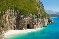 Härlig solig strand med den vita sanden Royaltyfria Bilder