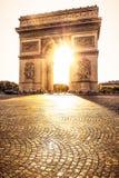 Härlig solnedgång över Arc de Triomphe, Paris Arkivfoto