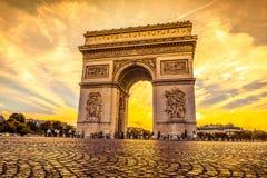 Härlig solnedgång över Arc de Triomphe, Paris Royaltyfria Foton