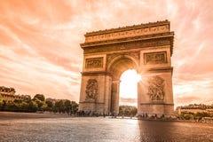 Härlig solnedgång över Arc de Triomphe, Paris Arkivfoton