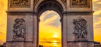 Härlig solnedgång över Arc de Triomphe, Paris Royaltyfri Fotografi