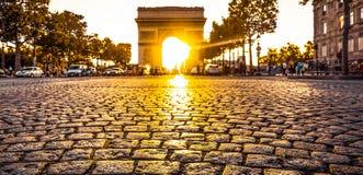 Härlig solnedgång över Arc de Triomphe, Paris Royaltyfria Bilder
