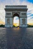 Härlig solnedgång över Arc de Triomphe, Paris Arkivbilder
