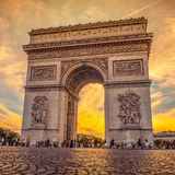 Härlig solnedgång över Arc de Triomphe, Paris Royaltyfri Foto