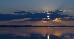 Härlig solnedgång över av en sjö, timelapse arkivfilmer