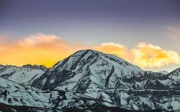Härlig solnedgång över berg Royaltyfria Foton