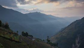 Härlig solnedgång över berg Arkivfoton