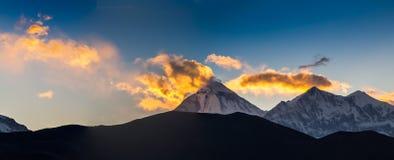 Härlig solnedgång över berg Arkivbilder