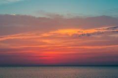 Härlig solnedgång över Blacket Sea i sommaren Arkivbilder