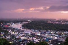 Härlig solnedgång över bred flodmynninggemenskapsikten från det Mut havet mo royaltyfri bild