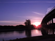 Härlig solnedgång över bron Royaltyfri Bild