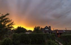 Härlig solnedgång över byn Arkivfoto