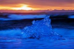 Härlig solnedgång över den berömda diamantstranden, Island Denna sandlavastrand är full av många jätte- isädelstenar iceland arkivbild